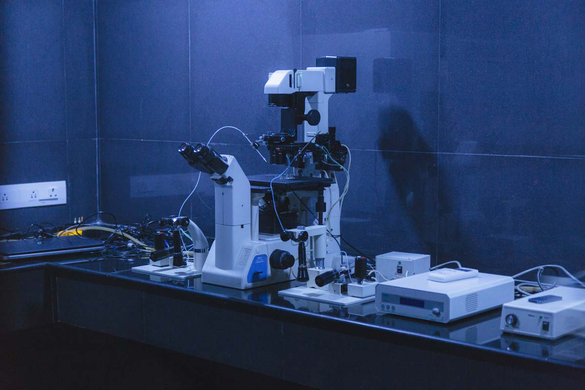 Inverted-Microscope-and-Miscromanipualor-used-for-ICSI